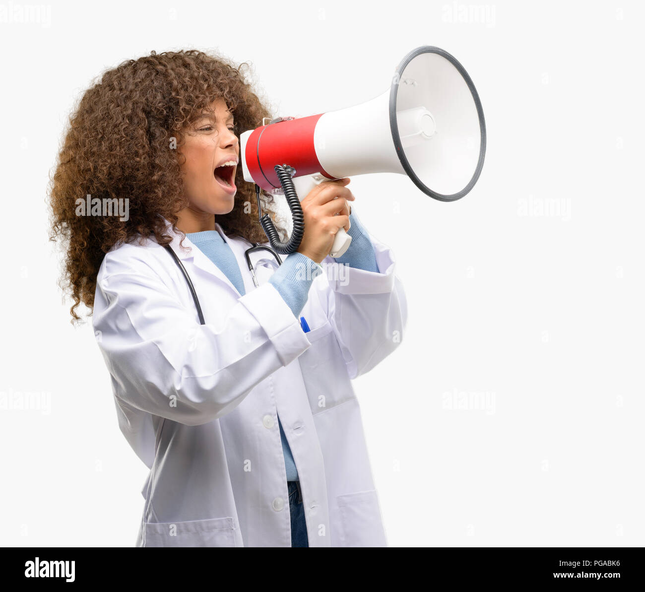 African American Woman, médecin de travail professionnel médical communique en criant fort tenant un mégaphone, exprimant la réussite et concept positif, je Banque D'Images