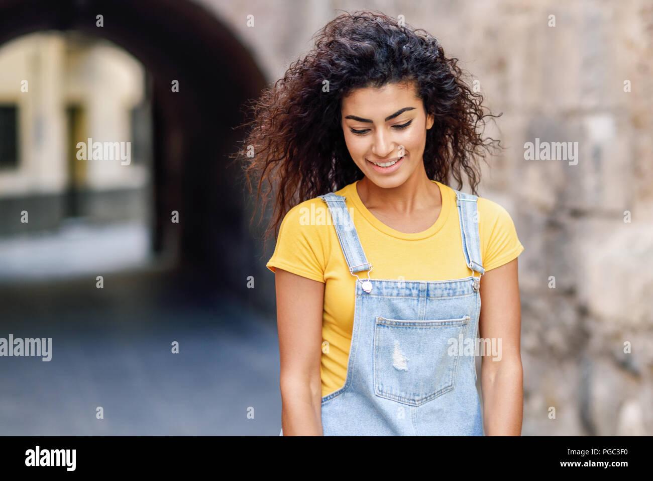 Fille Arabe jeune femme arabe avec curly hairstyle extérieur. fille arabe dans