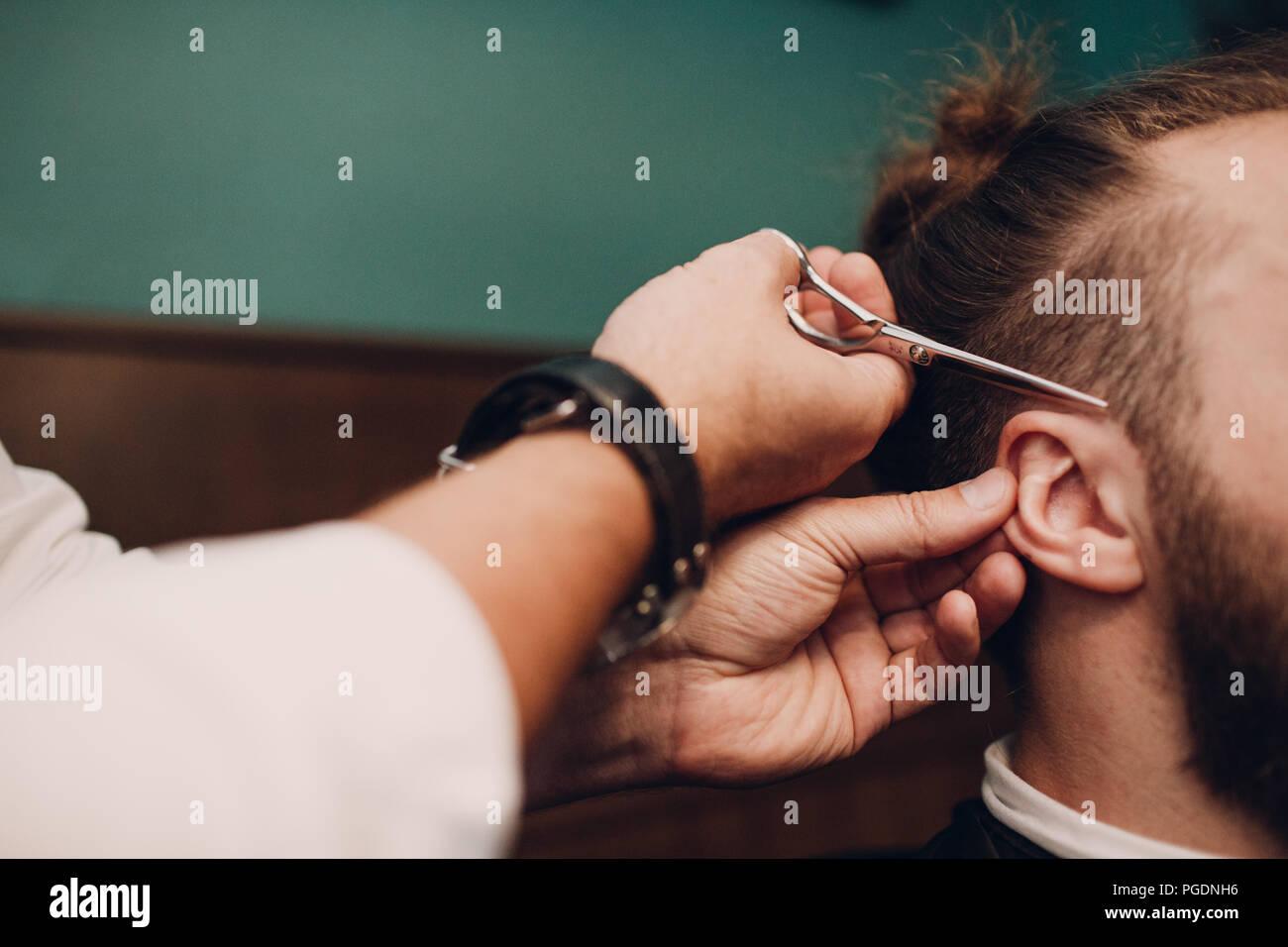 Barbershop avec intérieur en bois. Modèle homme barbu et salon de coiffure. Photo Stock