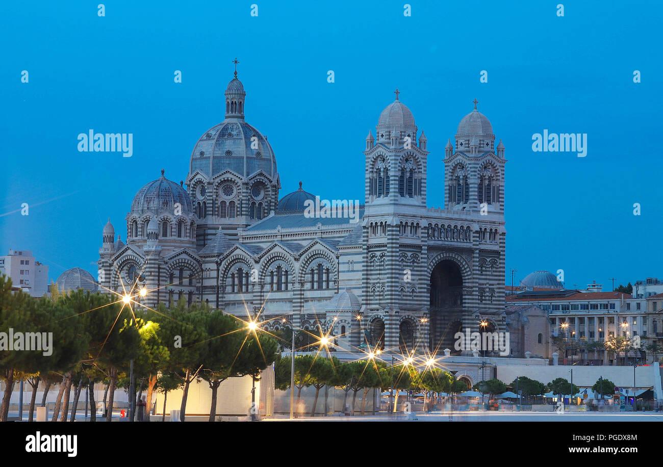 La vue nocturne de la cathédrale de Marseille, Sainte-Marie-Majeure, également connu sous le nom de la Major. Banque D'Images