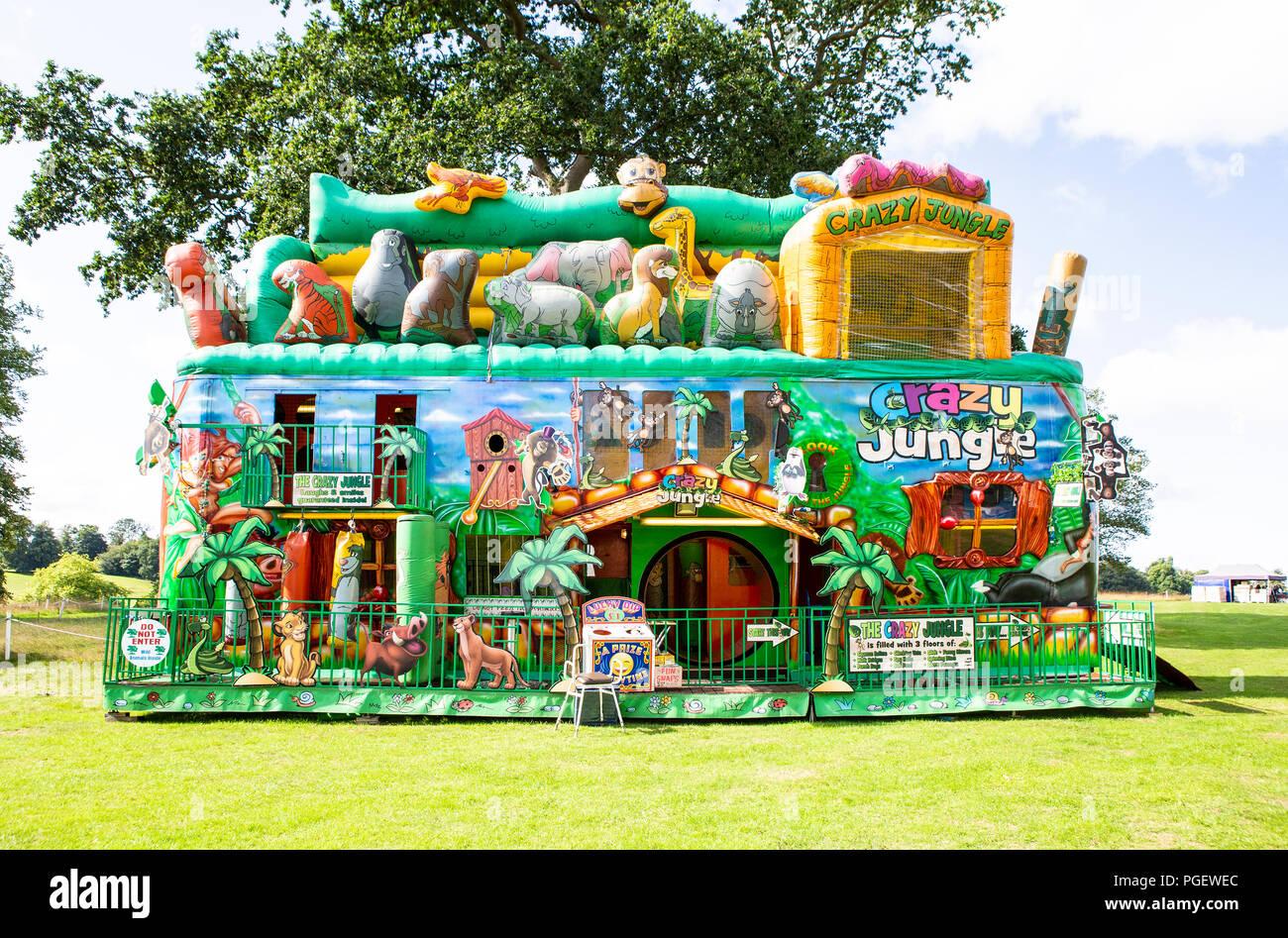 BOWOOD UK - 25 août 2018: Jungle folle au Great adventue gonflable British Food Festival tenu à Bowood House dans le Wiltshire Photo Stock