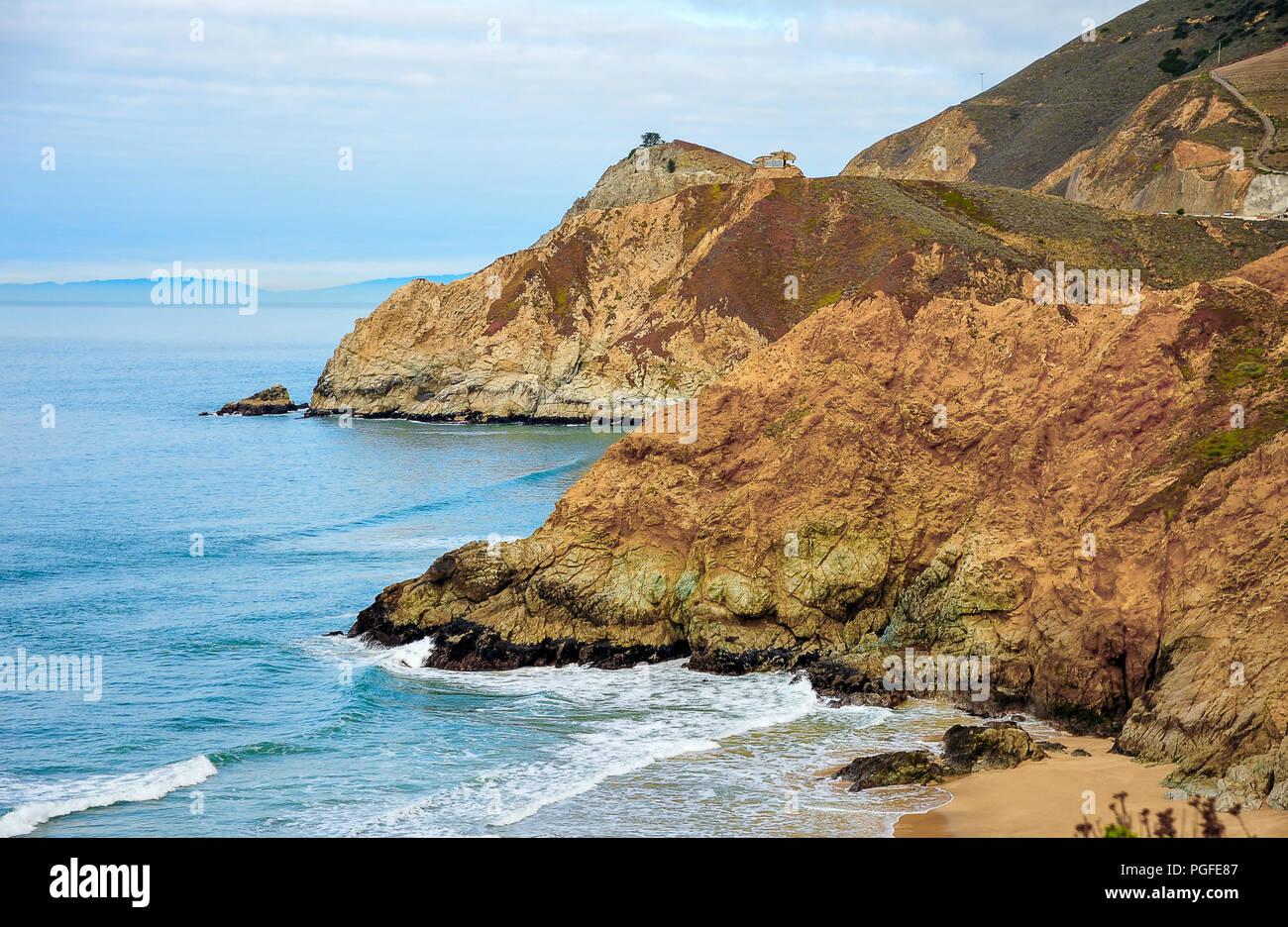 Sur la côte pittoresque le long de la Route 1, Autoroute de la côte Pacifique de la Californie. Belle lumière tôt le matin, sur les falaises de couleur à l'aide d'eau de mer et de ciel Photo Stock