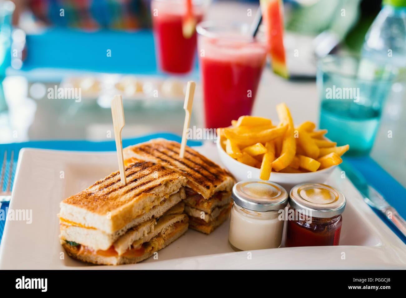Frais et délicieux sandwich au poulet frites pour le déjeuner Photo Stock