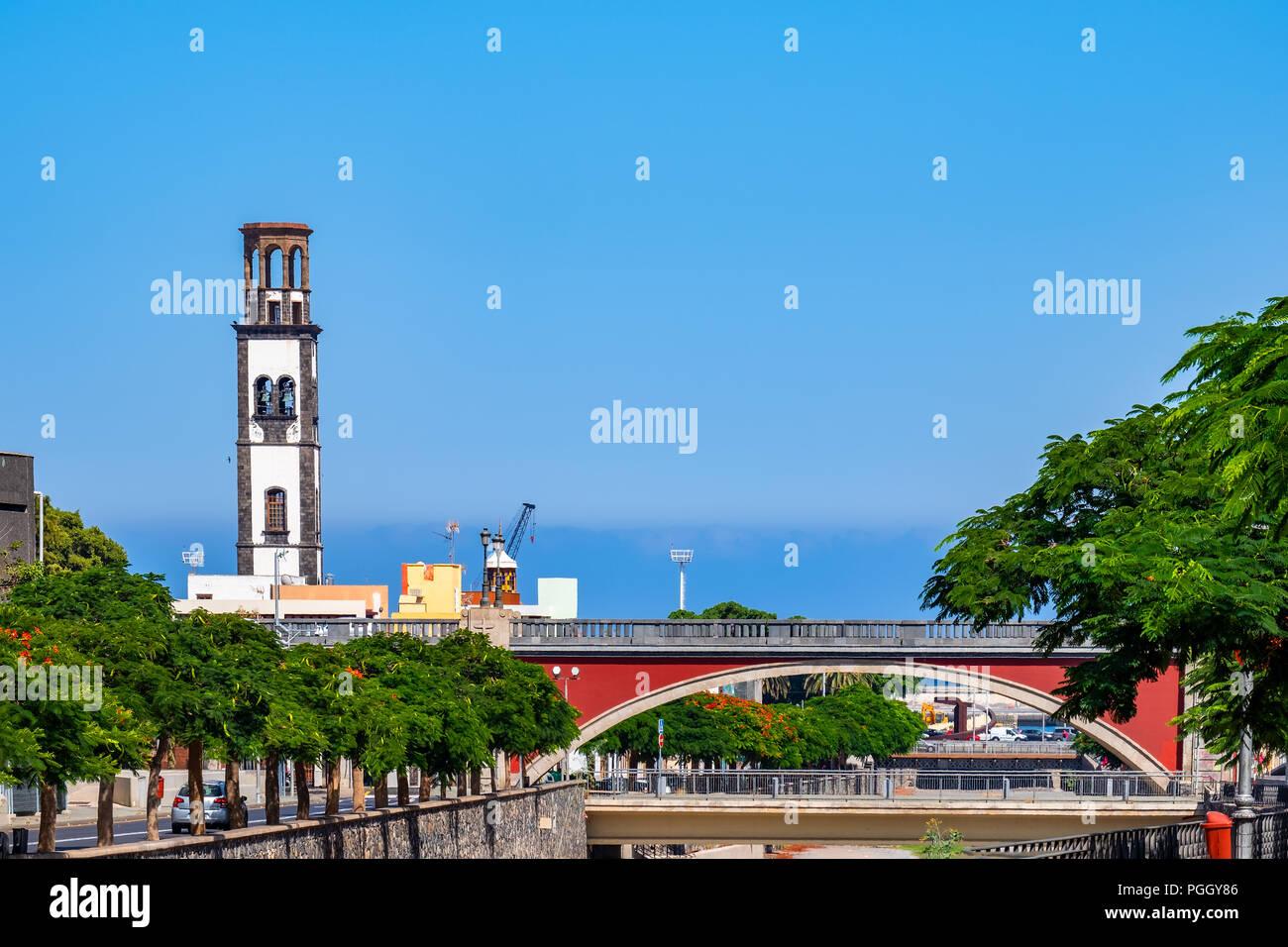 Hier ist der Rhône-Bereich mit Blick auf die Brücke) (Puente Serrador. Auch die Kirche Iglesia de la Concepción ist im Bild. Banque D'Images