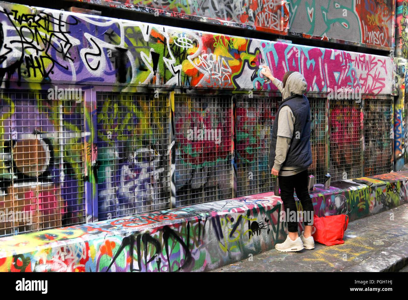 Artiste à l'œuvre dans la rue Hosier Lane, Melbourne, VIC Banque D'Images