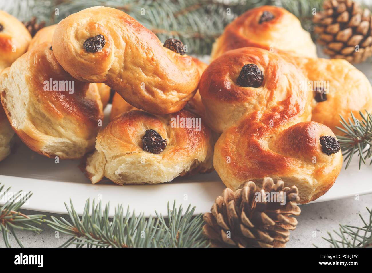 Noël suédois traditionnel (petits pains au safran ou lussebulle lussekatt). Noël suédois. Fond blanc, décoration de Noël. Banque D'Images