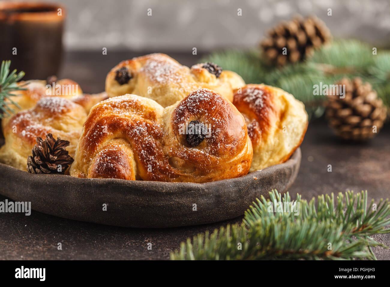 Noël suédois traditionnel (petits pains au safran ou lussebulle lussekatt). Noël suédois. Fond sombre, décoration de Noël. Banque D'Images