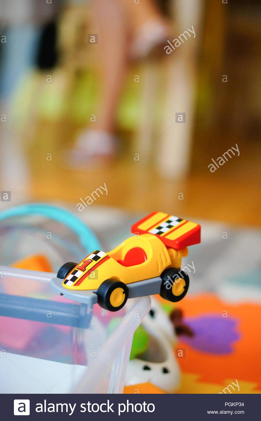 Playmobil voiture de course jouet en plastique sur une boîte en ...