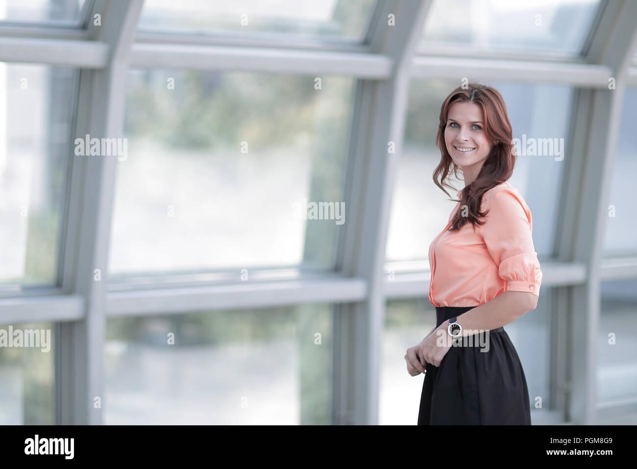 Femme d'affaires moderne à proximité d'une grande fenêtre dans le bureau. Banque D'Images