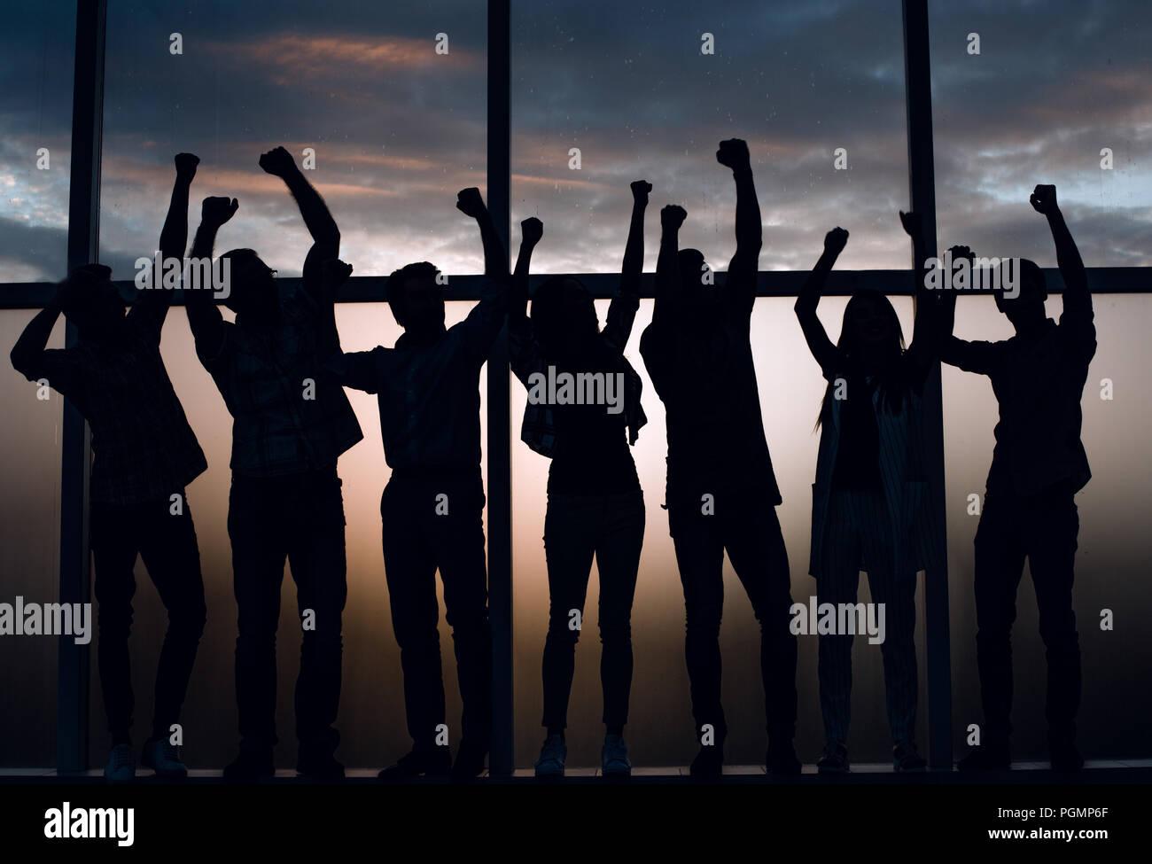 Happy business team standing par la fenêtre Photo Stock