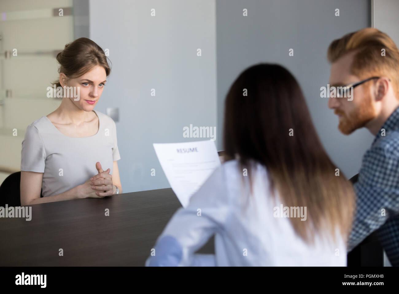 Inquiets employée en attente durant l'entrevue d'emploi Banque D'Images