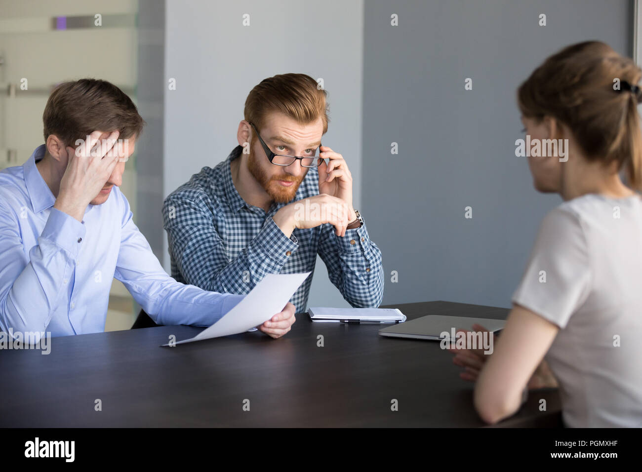 Pas sûr vu les recruteurs masculins candidate candidature Photo Stock