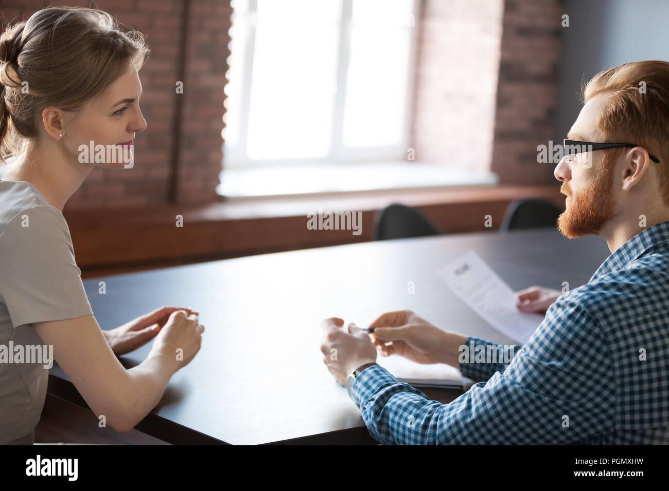 L'examen de candidature candidat recruteur féminin au cours de l'interv Photo Stock