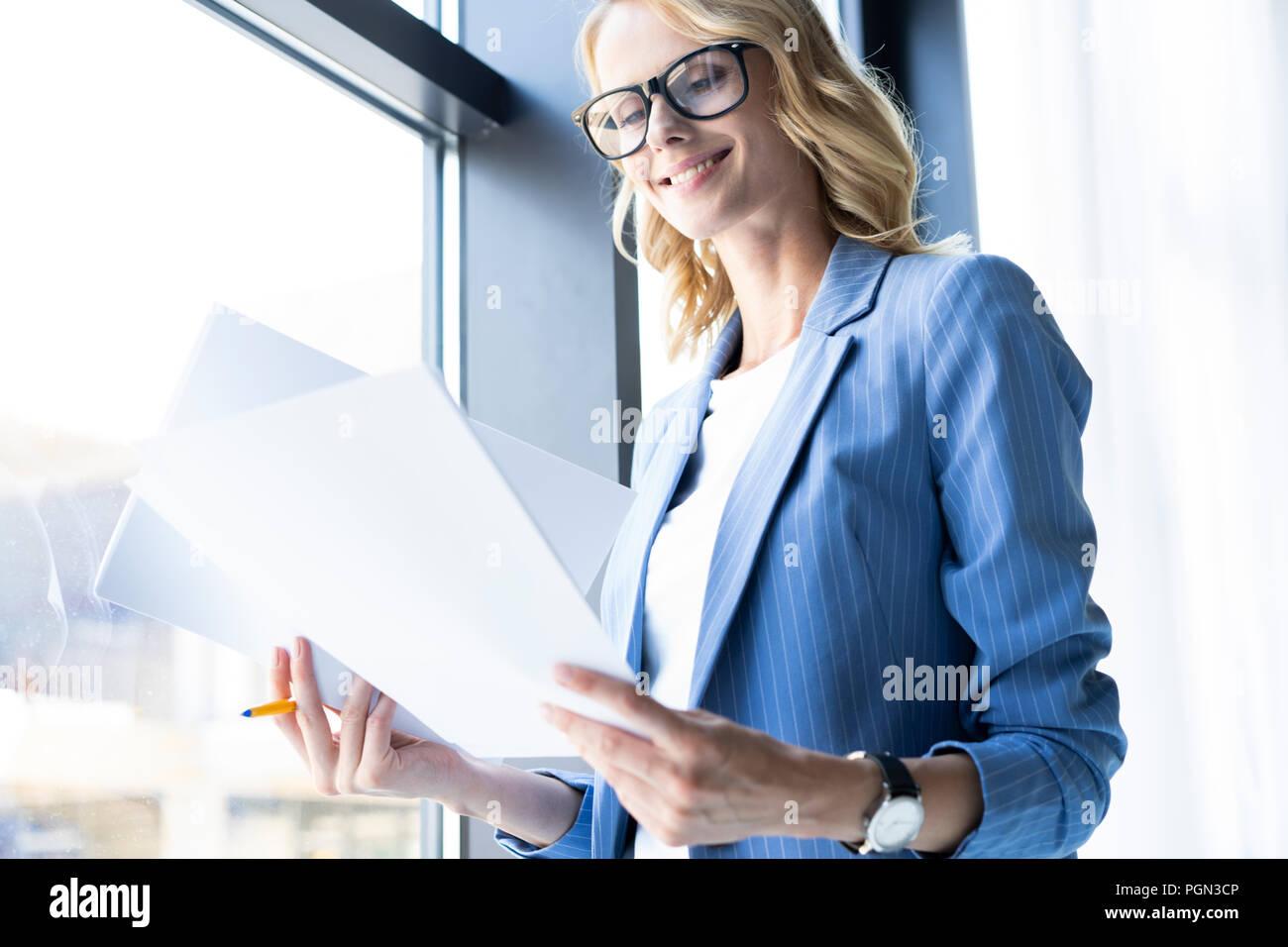 Femme d'affaires moderne dans le bureau avec copie espace. Photo Stock