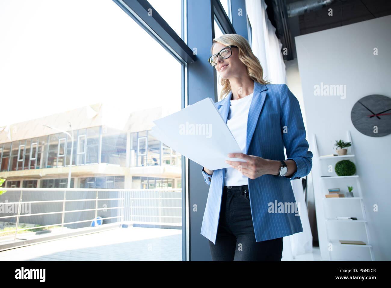 Femme d'affaires moderne dans le bureau avec copie espace. Banque D'Images