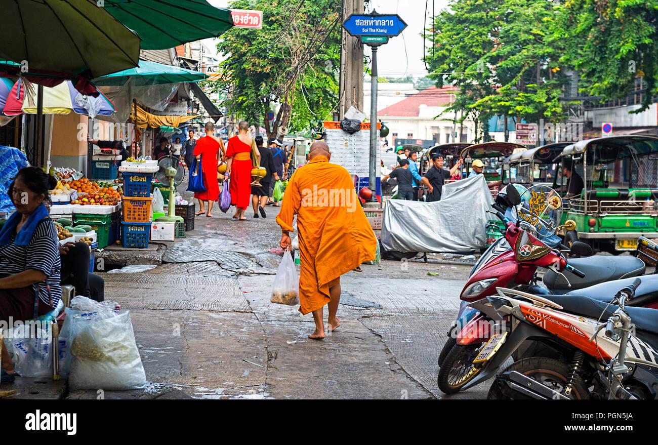 Le moine bouddhiste transportant l'aumône Bangkok Thaïlande Photo Stock
