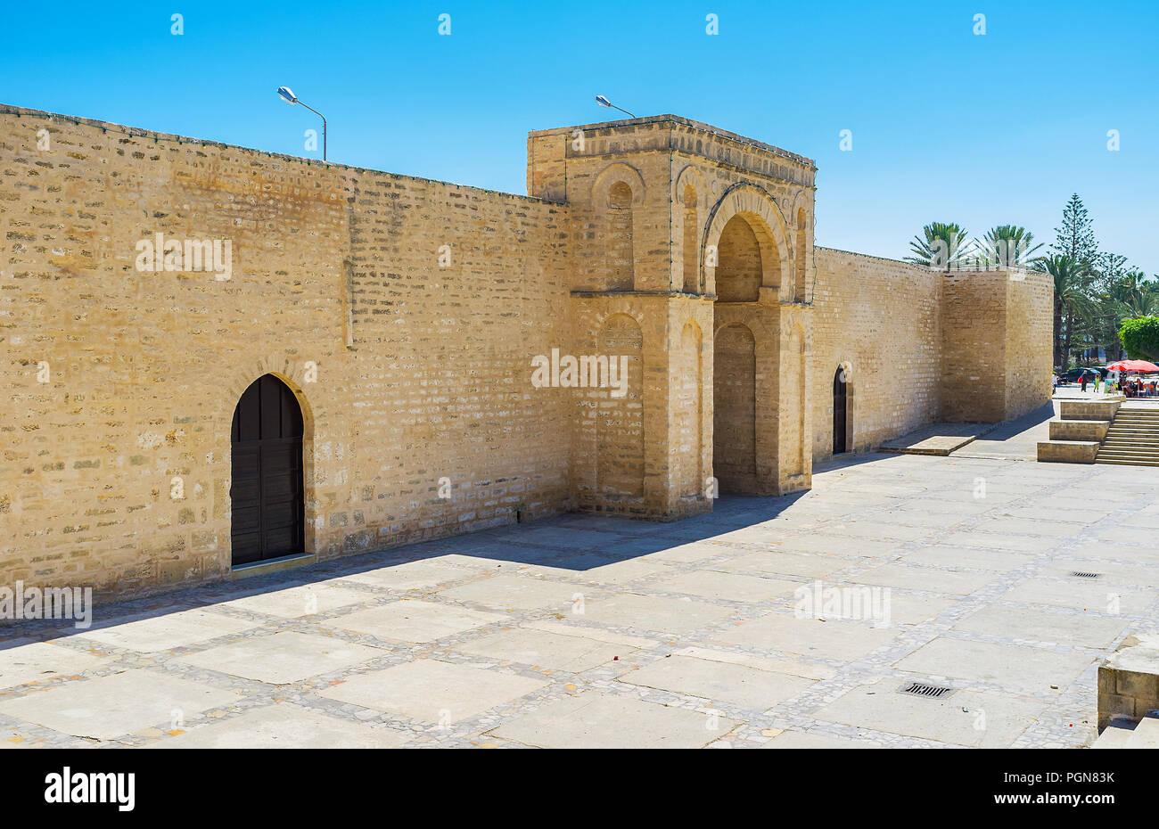 L'arc en fer à cheval de la Grande Mosquée, passerelle, entouré de rempart défensif médiéval massive, Mahdia, Tunisie. Photo Stock