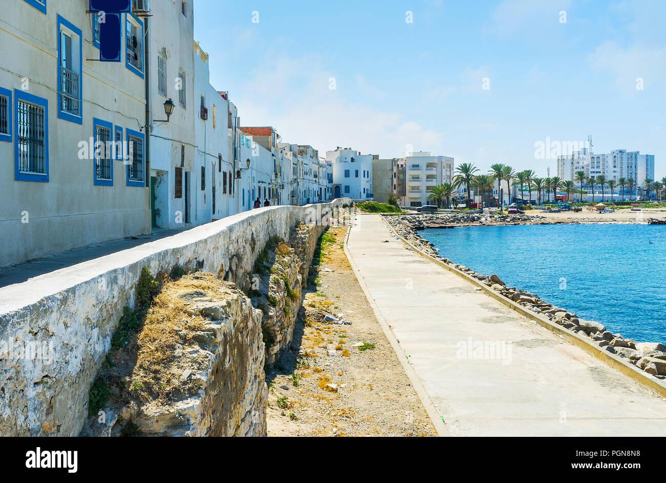 L'agréable promenade à l'ombre des maisons le long de la côte de la mer de Mahdia, Tunisie. Photo Stock