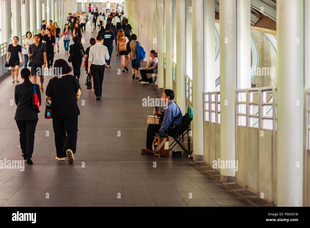 Bangkok, Thaïlande - 22 Février, 2017: Blind singer est un chant pour la mendicité, alors que les gens sont à pied à travers ce chanteur mendiant sans que personne Photo Stock