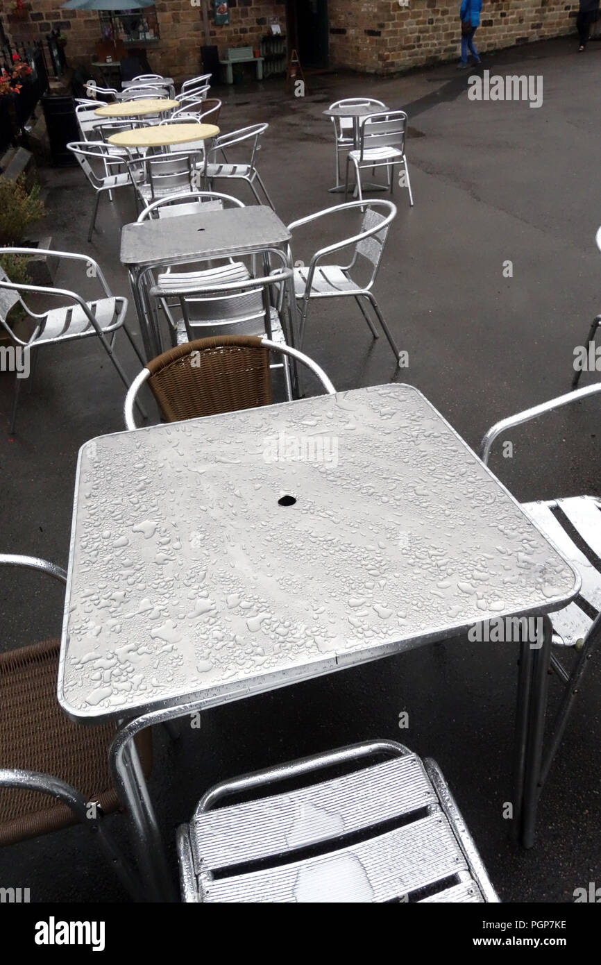 L'eau de pluie s'installer sur les globules de cafe tables métalliques à Yorkshire, Angleterre Centre d'Antiquités Photo Stock