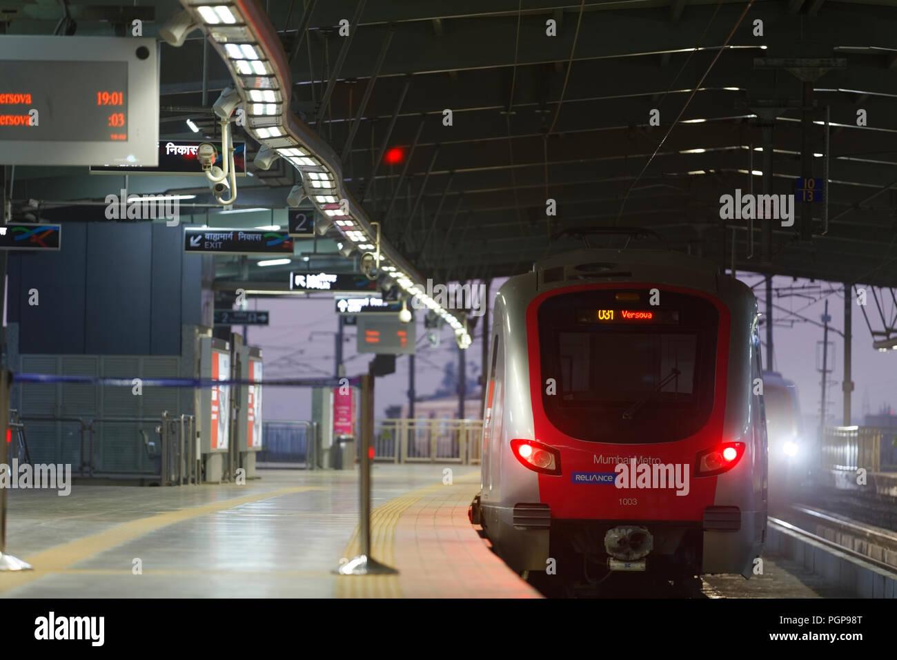 Mumbai Metro train intérieur et extérieur. Moderne, confortable, rapide, neuves et d'air conditionné moyen de transport à Mumbai en Inde, Banque D'Images