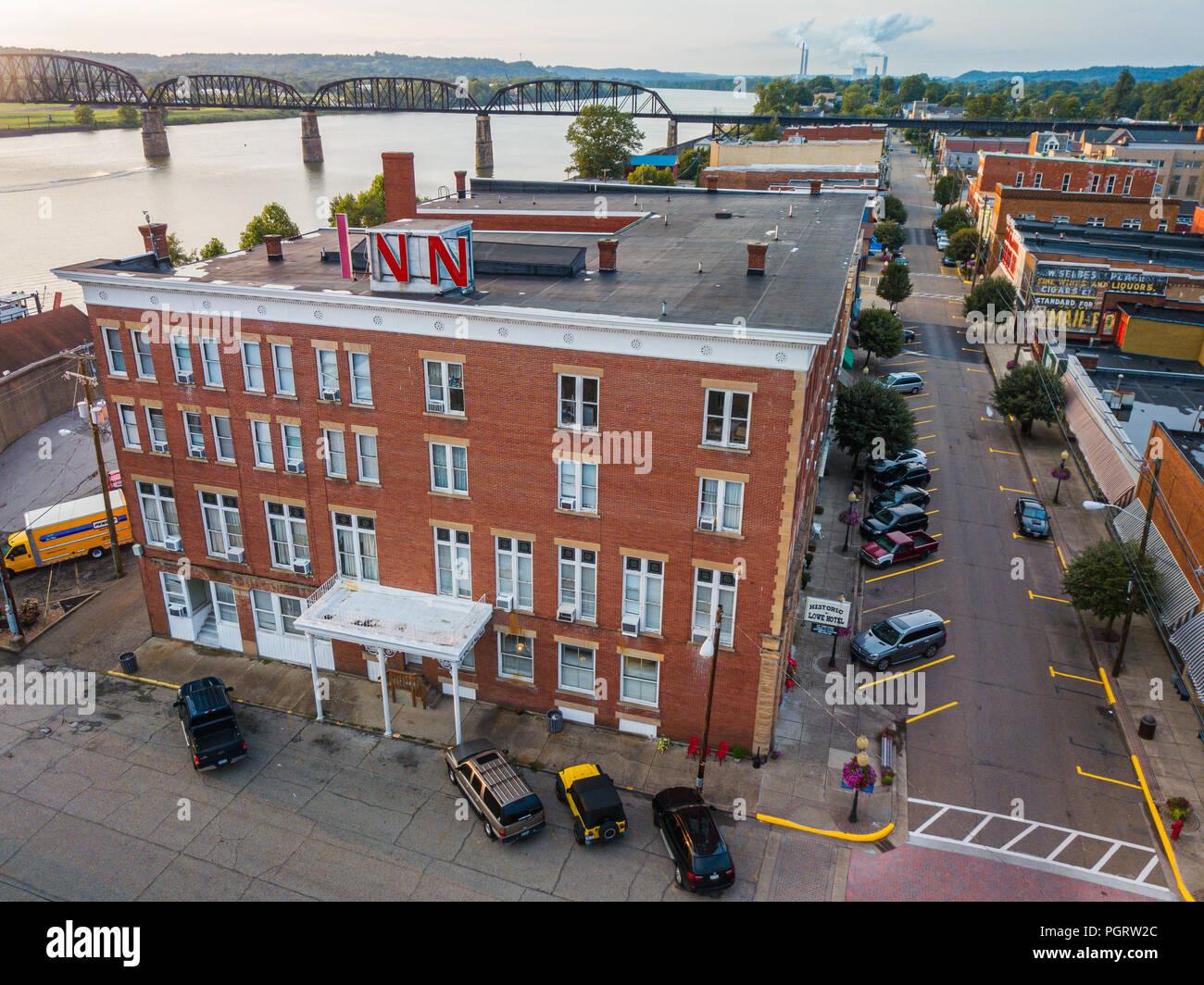 Une vue aérienne sur la rue principale de Point Pleasant, en Virginie de l'Ouest avec l'historique Hôtel Lowe à la vue. Photo Stock