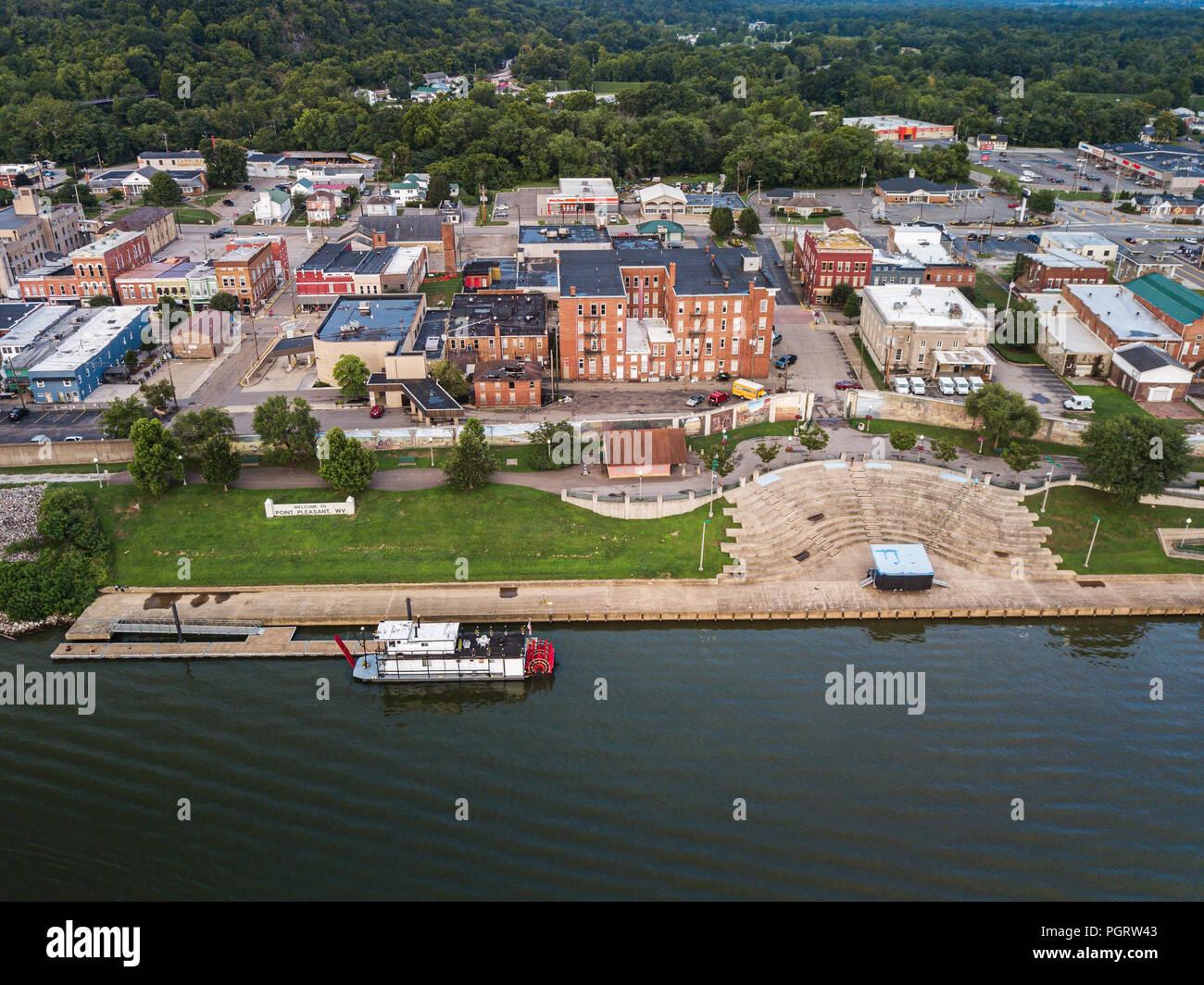 Vue aérienne de la rivière avec une petite roue arrière amarré au centre-ville de Point Pleasant, en Virginie occidentale. Photo Stock