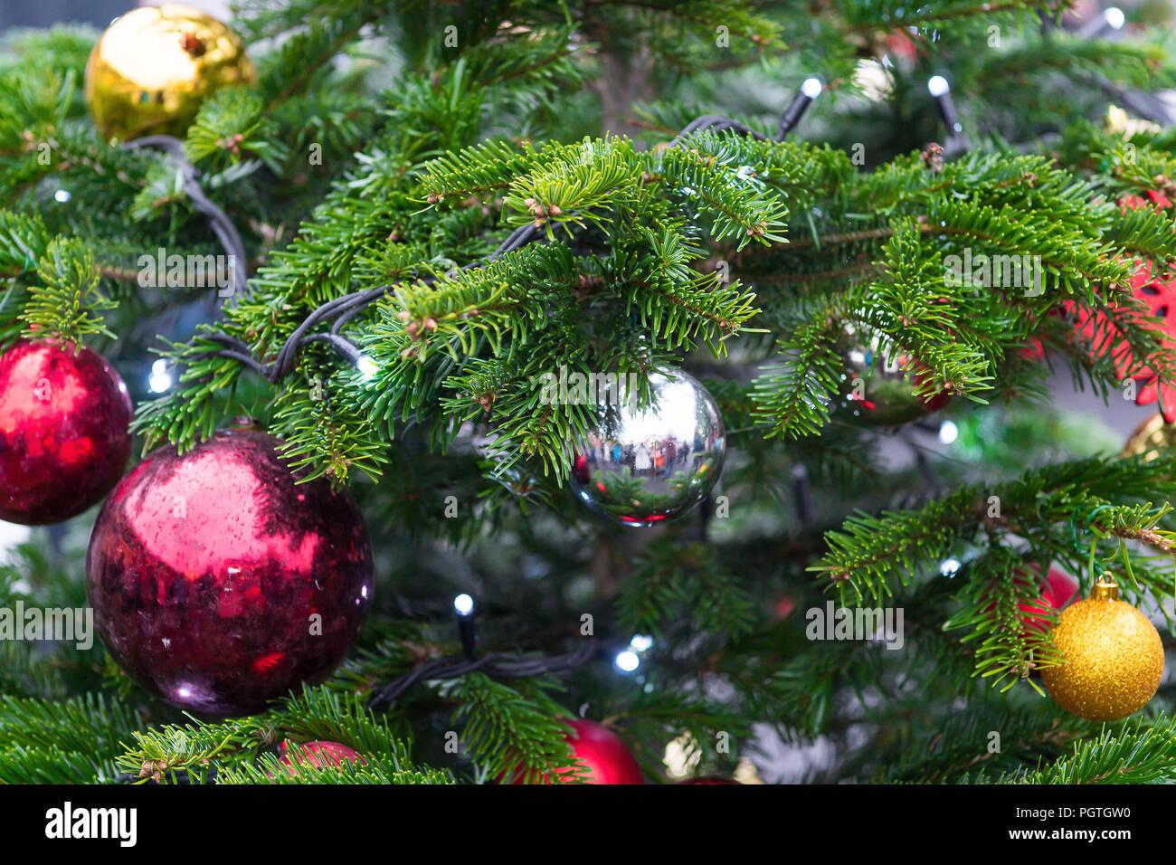 le nouvel an traditionnel couronnes et guirlandes, décorée avec des