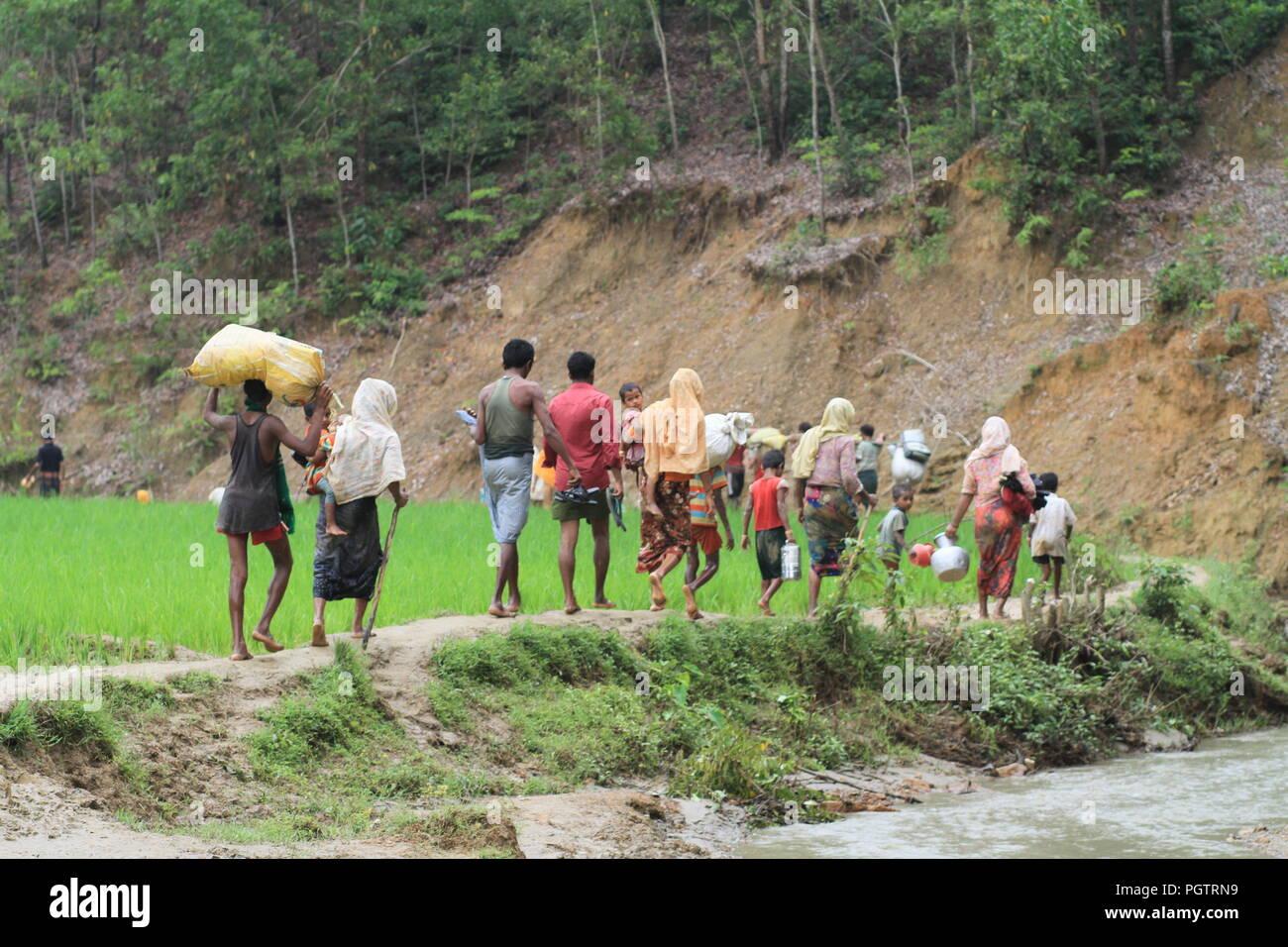 Bangladesh: les réfugiés Rohingya fuyant à pied vers l'entrée du camp de réfugiés après le territoire du Bangladesh pour se mettre à l'abri que le Myanmar opération militaire contre les musulmans rohingyas dans l'État de Rakhine au Myanmar, le 5 septembre 2017. Le monde plus grand camp de réfugiés au Bangladesh où plus d'un million de personnes vivent dans des Rohingyas et bambou et feuille de bâche. Plus d'un demi-million de réfugiés Rohingyas de l'État de Rakhine au Myanmar, ont fui au Bangladesh depuis août 25, 2017 D'après l'ONU. © Asad Rehman/Alamy Stock Photo Banque D'Images
