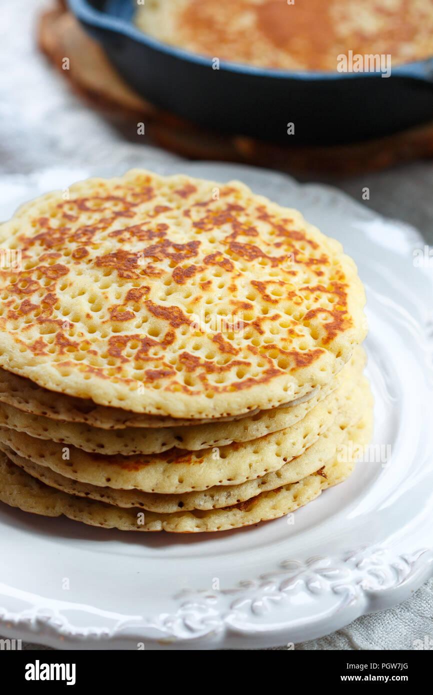 Délicieux pancakes américain avec du miel sur une plaque blanche. Le petit-déjeuner est gourmet. Selective focus Photo Stock