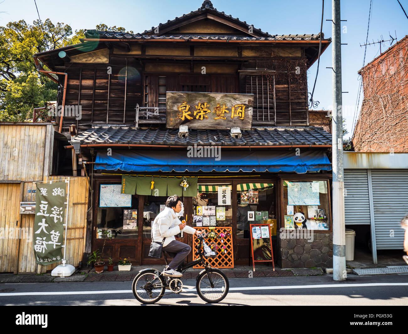 magasin japonais traditionnels un cycliste passe une. Black Bedroom Furniture Sets. Home Design Ideas