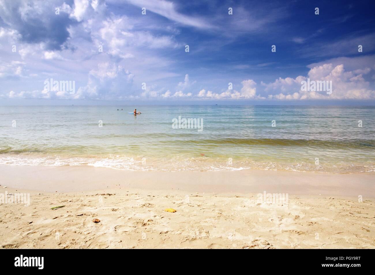 La plage de sable blanc. L'île de Koh Chang, Thaïlande. Photo Stock
