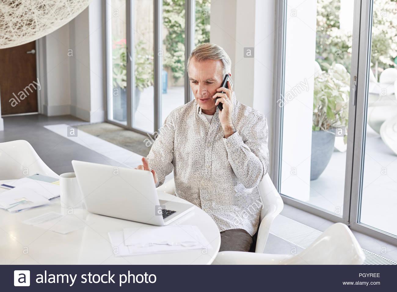 Homme mûr qui travaillent à domicile. Photo Stock