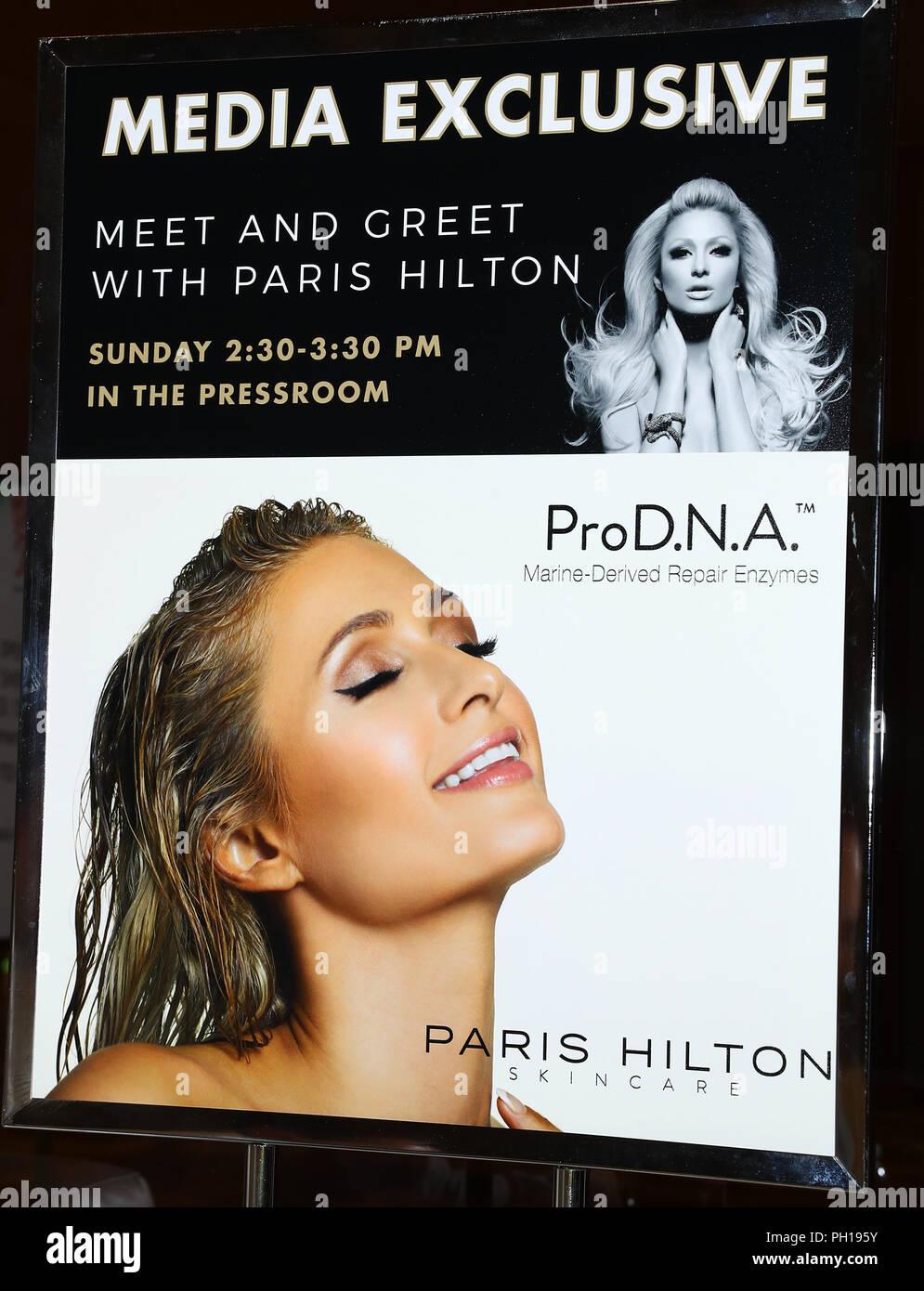 Paris Hilton donnant une pipe