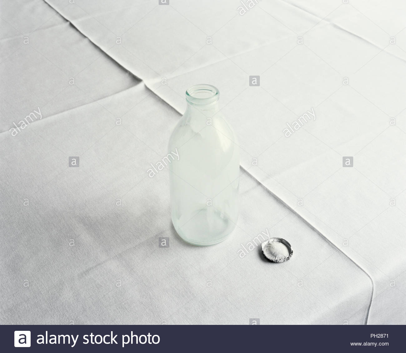 Bouteille de lait vide sur la table Photo Stock