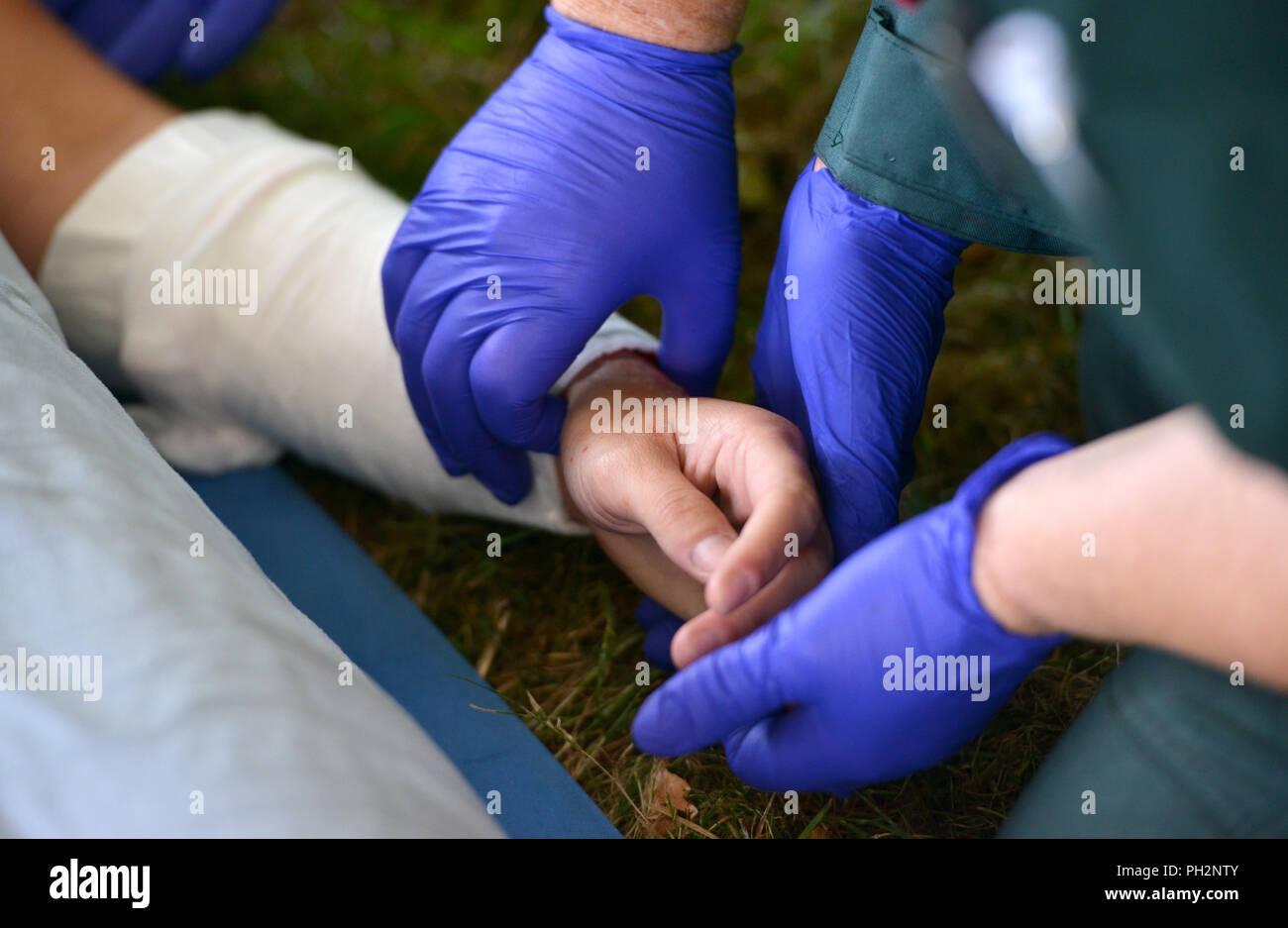 Paramedic prendre le pouls d'un blessé Photo Stock