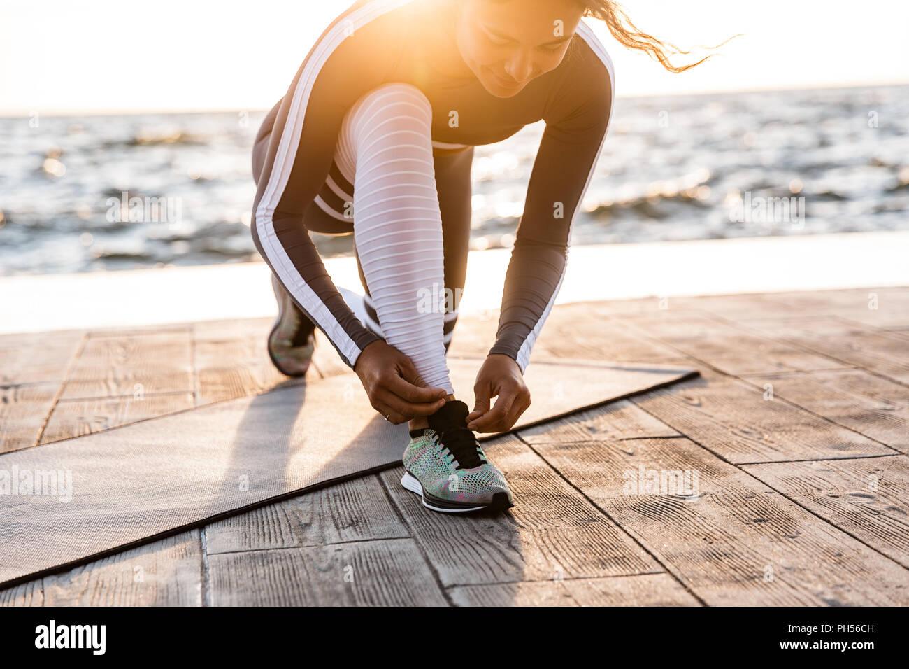 Image of young woman fitness en plein air dans la plage des lacets. Banque D'Images