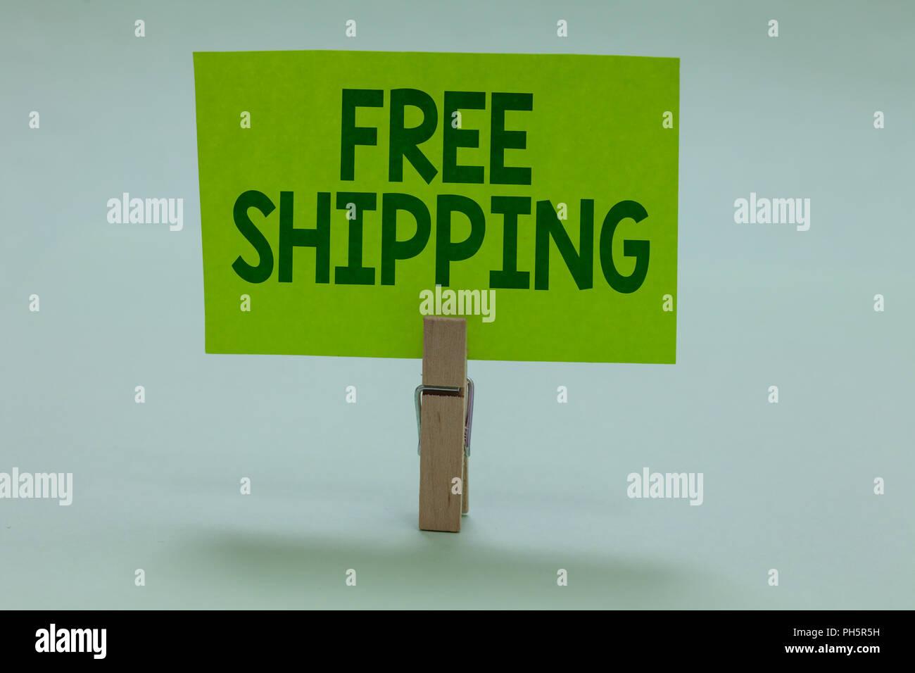 Main conceptuel écrit, indiquant la livraison gratuite. Photo d'affaires mettant en fret aérien Connaissement Envoi Envoi Payload Cartage Clothespin holding Photo Stock