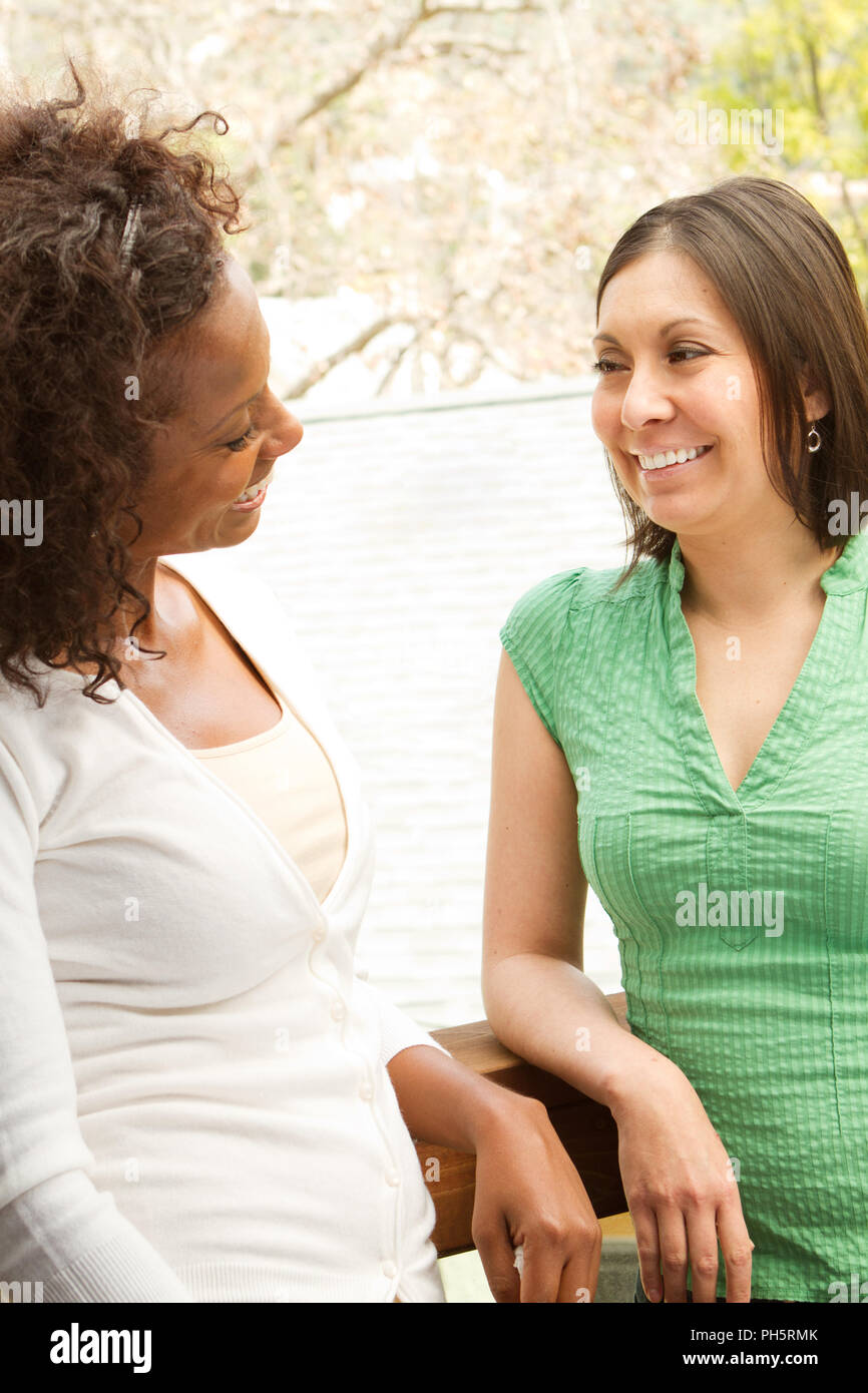 Groupe diversifié d'amis parler et rire. Photo Stock