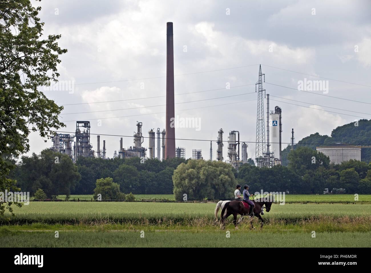 Rider en face de l'industrie, Gelsenkirchen, Allemagne Photo Stock