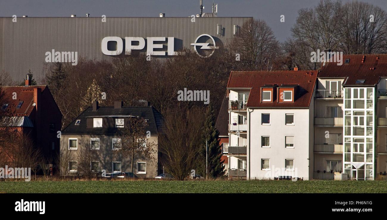 Maisons en face de l'usine Opel de Bochum, Allemagne, Photo Stock