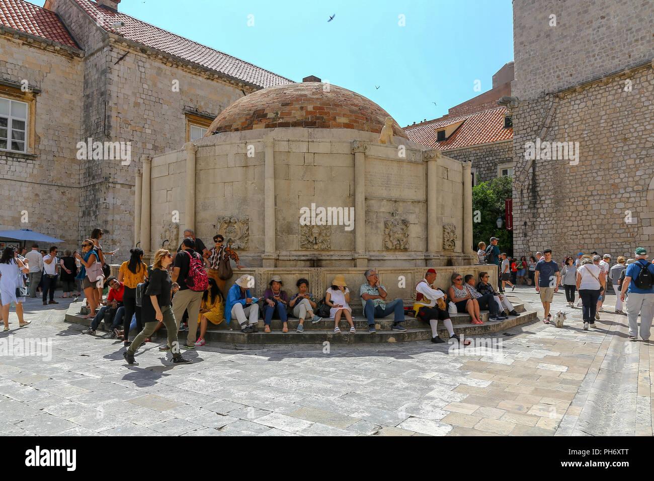 Rassemblement de touristes autour de la grande fontaine d'Onofrio ou grande fontaine d'Onofrio l'intérieur des murs de la ville de la vieille ville, Dubrovnik, Croatie Banque D'Images