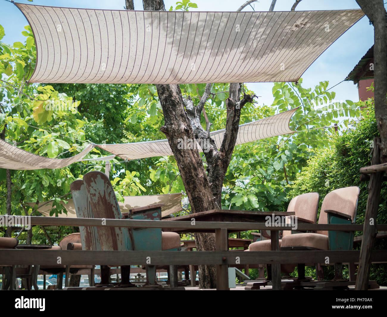 Vintage Fauteuils Avec Table En Bois Sur La Terrasse En Bois Avec