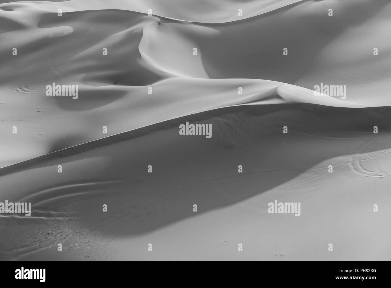 Dunes de sable dans le désert, monochrome, Erg Chebbi, Merzouga, Sahara, Maroc Photo Stock
