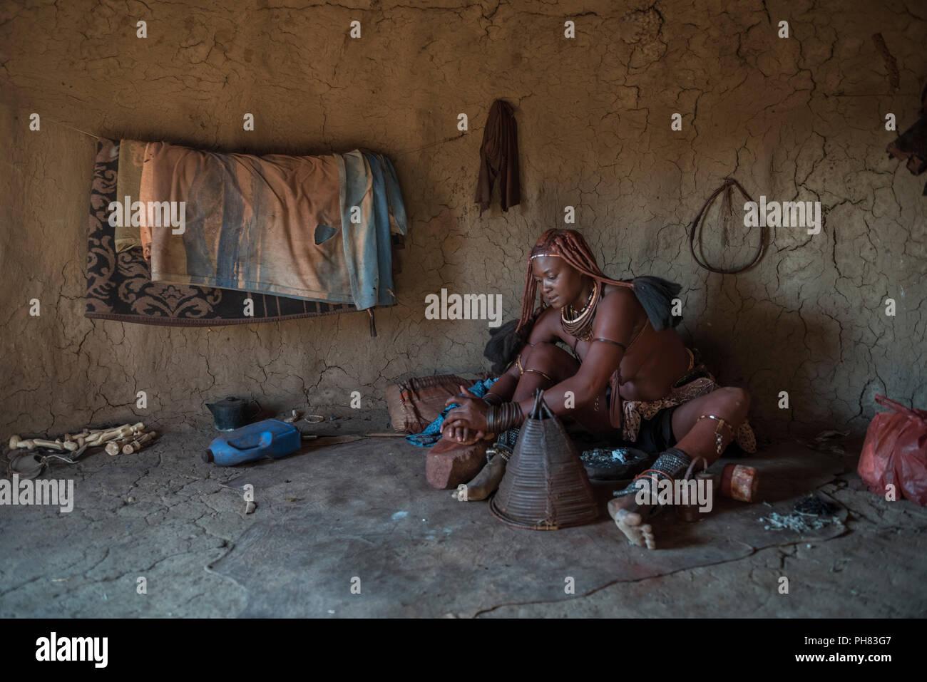 Ovahimba ou Himba, une femme prépare un rituel de purification, District de Kunene, Namibie Photo Stock