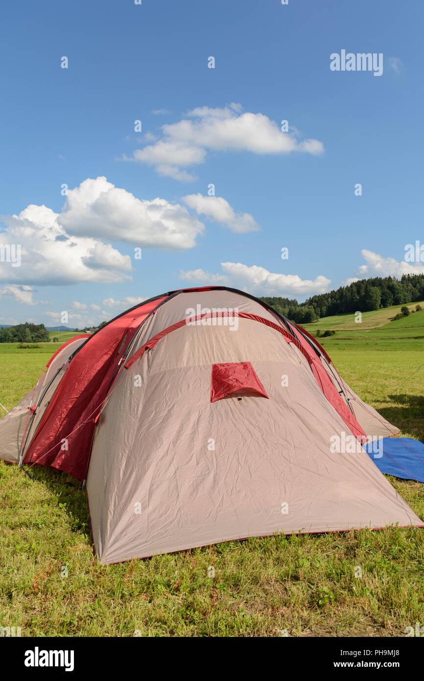 Tente tendue en été dans un paysage tranquille Photo Stock