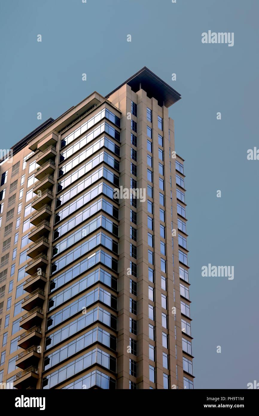 Fenêtres en verre bâtiment avec ciel bleu artificiel couleur que l'arrière-plan. Le bâtiment a une vingtaine d'étages de hauteur. Photo Stock