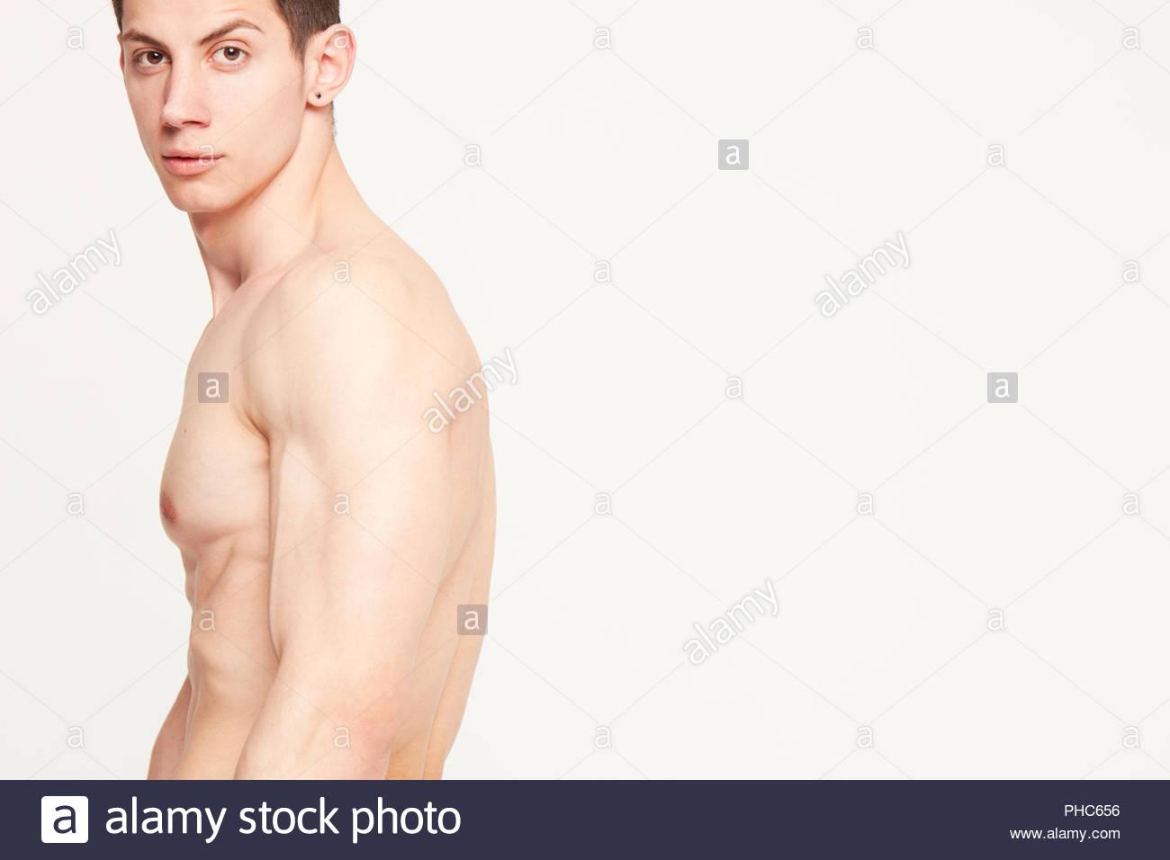 Jeune homme torse nu Banque D Images, Photo Stock  217241842 - Alamy f3207c1a659