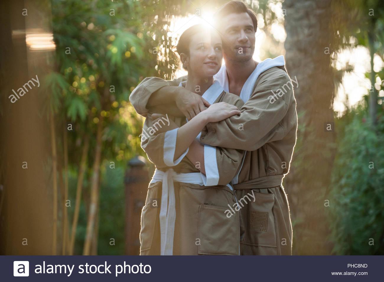 Couple dans des peignoirs à Dubaï, Émirats Arabes Unis Photo Stock