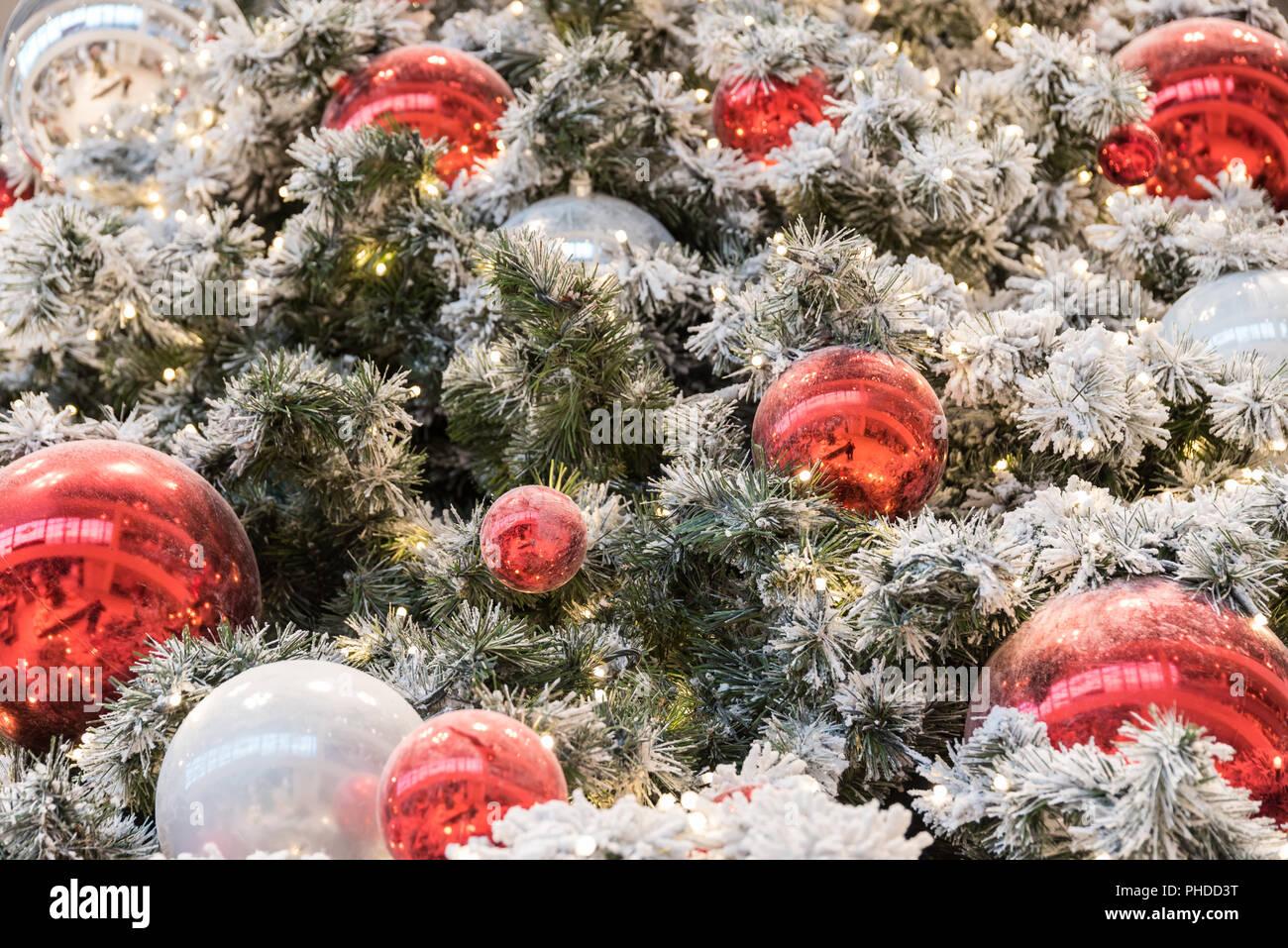 Arbre de Noël rouge et blanc avec des boules de branches de sapins ...
